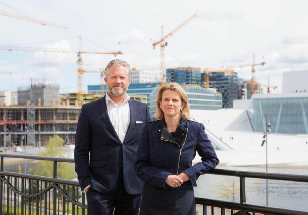 Professor Hilde C. Bjørnland fra Handelshøyskolen BI her sammen med Retrievers Norgessjef, Espen Viskjer (Foto: Thomas Brun / NTB scanpix)