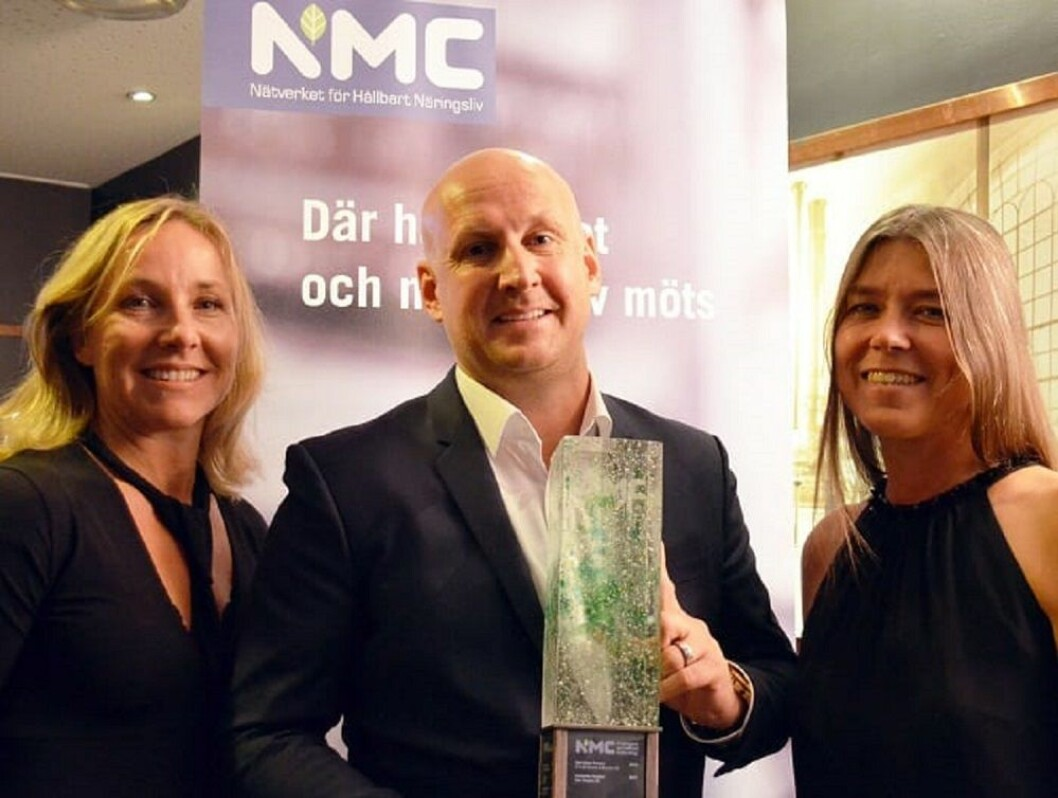 Christoffer Bergfors, vinneren av Hållbart Ledarskap 2017, sammen med Ylva Öhrnell (til venstre) styreformann i NMC og Kristina AtKisson (til høyre) generalsekretær i NMC.