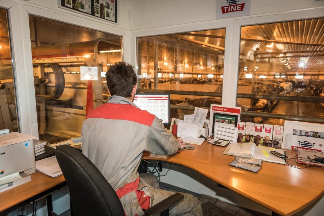 JOBBER SELVSTENDIG: Et flertall av norske bønder tilbringer vanligvis hele eller mesteparten av arbeidsdagen alene, ifølge en ny undersøkelse. (Foto: Jo Stenersen)