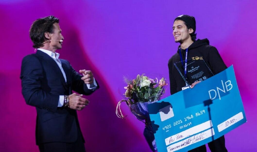 Petter A. Stordalen overrakte Ali Popal mer enn bare prisen for Årets medarbeider under helgens medarbeidersamling i Nordic Choice Hotels.
