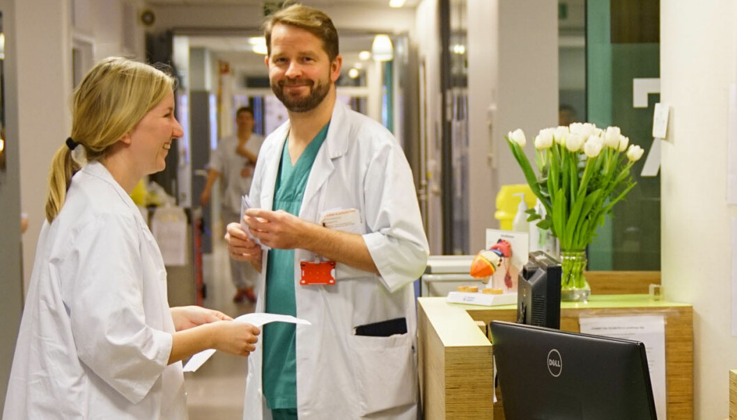 Hele 1025 personer har meldt seg til tjeneste etter at Helse Midt-Norge mandag ettermiddag etterlyste helsepersonell. Her lege i spesialisering Ola Kleveland sammen med en LIS-lege.