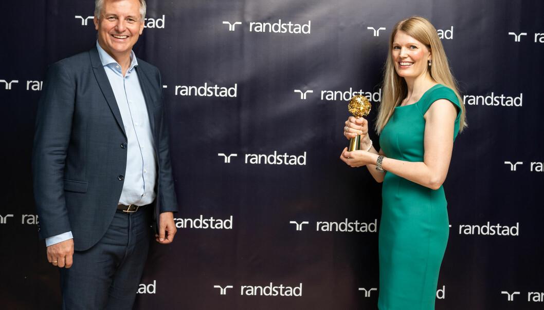 TechnipFMC mottok prisen for Norges mest attraktive arbeidsgiver. Global Talent Manager, Maria Roots Morland tok imot statuetten. Til venstre Eivind Bøe, administrerende direktør i Randstad Norge.