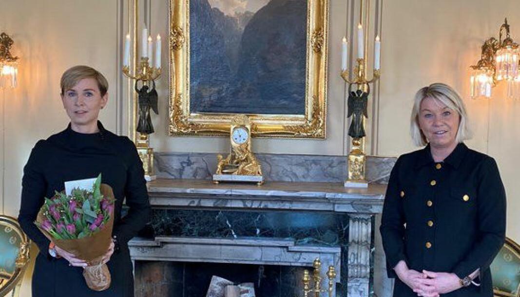 Sofie Nystrøm (t.v.) er utnevnt til ny direktør i Nasjonal sikkerhetsmyndighet. I den anledning fikk hun blomster av justis- og beredskapsminister Monica Mæland.