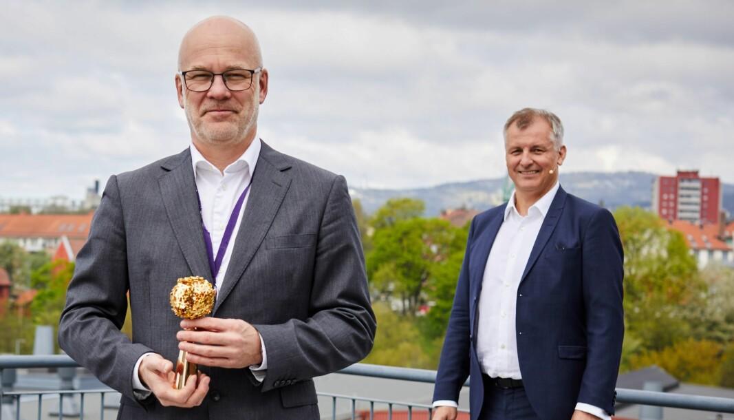 Kringkastingssjef Thor Gjermund Eriksen fikk overlevert det håndfaste symbolet på at NRK er landets mest populære bedrift av Randstad-sjef Eivind Bøe.