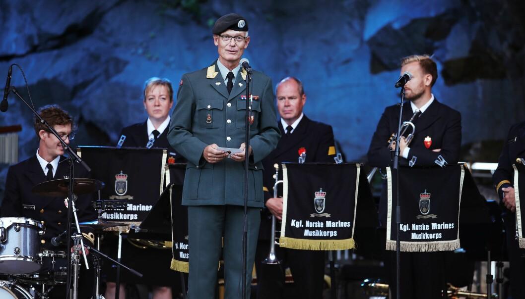 Brigader Arne Opperud taler fra scenen ved Karpedammen i forbindelse med en konsert med Kongelige Norske Marines Musikkorps og Forsvarets Stabsmusikkorps.