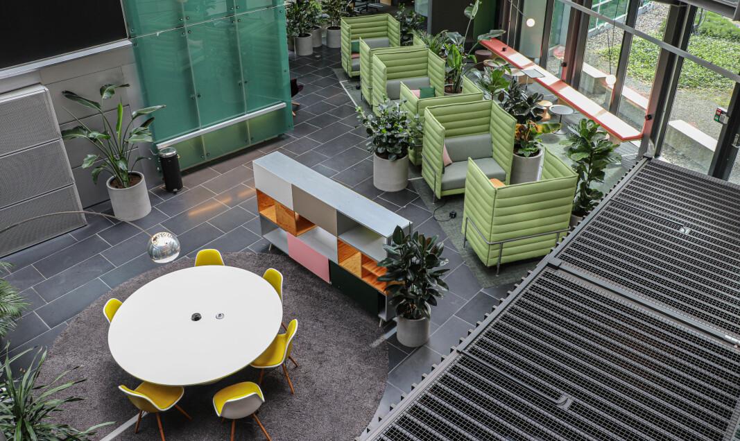 Innenfor samme område har Telenor lagt opp til mange ulike måter å jobbe sammen på. Det er runde bord, mer lukkede gruppesofaer og barløsning med individuelle plasser langs vinduene.