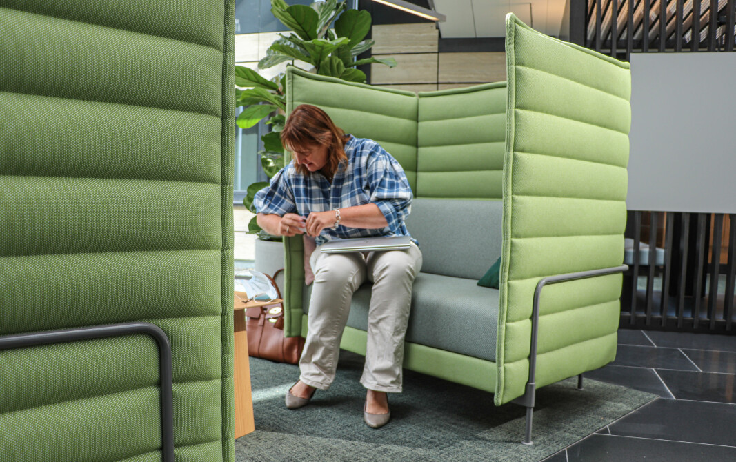 HR-direktør Anne Flagstad har selv funnet seg godt til rette i en av de mest komfortable sitteplassene.