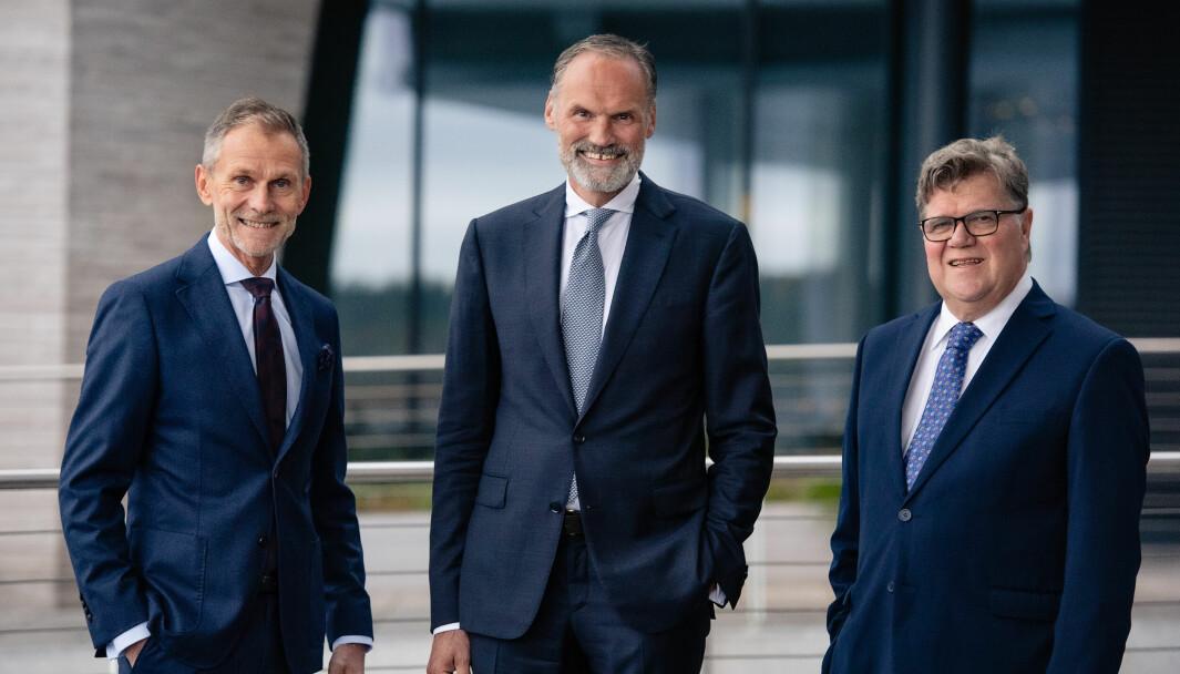Styreleder Sverre Gjessing i Kredinor (t.v.), Klaus-Anders Nysteen, ny adm.dir. i Kredinor, og Tor Berntsen, avtroppende administrerende direktør.